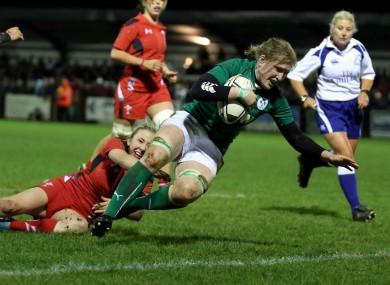 Heather O'Brien crosses for Ireland's first try of the match.