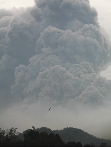 Two killed, hundreds of thousands flee homes as Java volcano erupts (pictures)